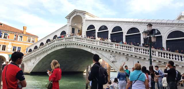 Cầu Rialto- địa điểm du lịch venice ý nổi tiếng