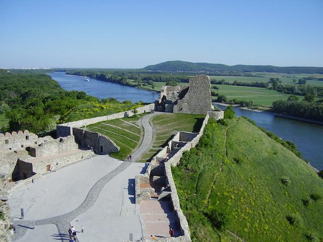 Lâu đài Devin - địa điểm du lịch bratislava slovakia