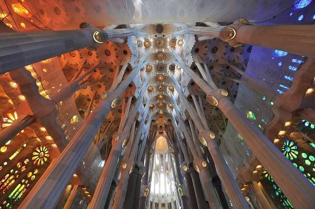 kiến trúc bên trong nhà thờ