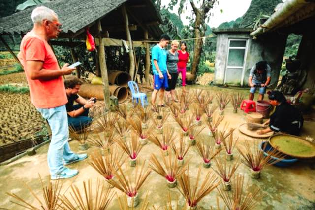 Tourist are learning incense making in Phia Thap